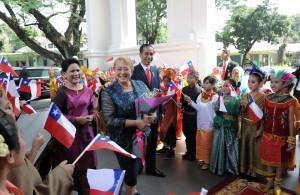 Presiden Jokowi, didampingi Ibu Negara Iriana, menerima kunjungan kenegaraan Presiden Republik Chile Michelle Bachelet di Istana Merdeka, Jumat (12/5). (Foto: Humas/Jay)