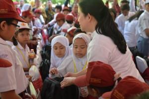 Menko PMK menyapa anak-anak usai mengikuti acara Penyerahan KIP dan Peluncuran Program Revitalisasi SMK di Stadion Manahan, Kota Surakarta, Jumat (26/5). (Foto: Humas/Edi).