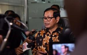 Seskab, Pramono Anung menjawab pertanyan wartawan usai mengikuti Rapat Terbatas, di Kantor Presiden, Jakarta. Selasa (2/5) sore. (Foto: Humas/Jay)