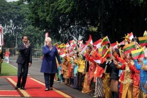 Presiden Jokowi menyambut kedatangan Presiden Republik Lithuania, Dalia Grybauskaitè, di Istana Merdeka, Jakarta, Rabu (17/5). (Foto: Humas/Oji)