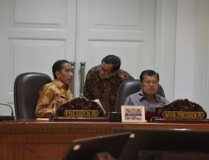 Presiden Jokowi mendengarkan laporan yang disampaikan Seskab Pramono Anung sebelum memimpin rapat terbatas, di Kantor Presiden, Jakarta, Selasa (30/5) sore. (Foto: Deny S/Humas)