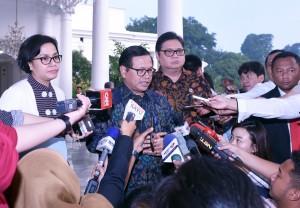 Seskab memberikan penjelasan kepada wartawan usai mengikuti Rapat Terbatas, di Istana Bogor, Jabar, Senin (22/5). (Foto: Humas/Agung)