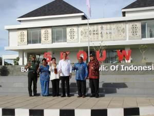 Presiden Jokowi bersama Ibu Negara Iriana, Menteri PUPR, Panglima TNI, dan Gubernur Papua berfoto bersama di depan PLBN Skouw, Jayapura, Selasa (9/5) siang. (Foto: Anggun/Humas)