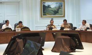 Gubernur Bengkulu Ridwan Mukti (paling kiri) mengikuti rapat terbatas Evaluasi Pelaksanaan Proyek Stategis Nasional dan Program Prioritas di Provinsi Bengkulu, di Kantor Presiden, Jakarta, Rabu (31/5) siang. (Foto: Rahmat/Humas)