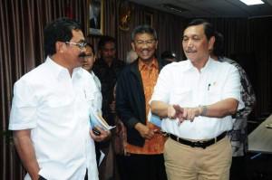 Menko Kemaritiman dan Gubernur Kepri berbincang usai Rapat di Jakarta, Jumat (5/5).
