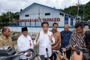 Presiden Jokowi saat meresmikan Pelabuhan Laut Tapaleo, Pelabuhan Laut Wayabuka di Pulau Morotai dan Pelabuhan Bicoli, yang peresmiannya dipusatkan di Halmahera Tengah.