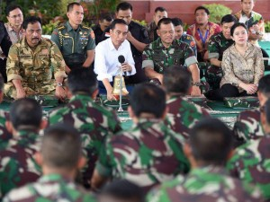 Presiden Jokowi bertemu dengan prajurit TNI saat acara latihan gabungan di Kepri, Jumat (19/5).