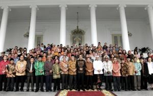Presiden Jokowi saat bertemu dengan tokoh lintas agama yang tergabung dalam Asosiasi Forum Komunikasi Umat Beragama, di Istana, Bogor, Jabar, Selasa (23/5). (Foto: Humas/Agung)