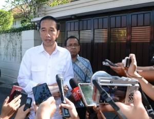 Presiden Jokowi memberikan keterangan di depan kediamannya Kelurahan Sumber, Kecamatan Banjarsari, Solo, Jawa Tengah, Kamis (25/5).
