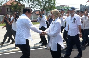 Seskab disambut oleh Bupati Kediri saat melakukan kunjungan kerja di Kediri, Jawa Timur, Senin (15/5). (Foto: Humas/Oji)