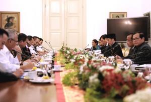 Presiden Jokowi saat memberikan pengantar pada Rapat Terbatas mengenai Tindak Lanjut The Belt and Road Forum, di Istana Bogor, Jabar, Senin (22/5) sore. (Foto: Humas/Agung)