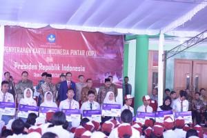 Presiden Jokowi didampingi sejumlah pejabat negara berfoto bersama perwakilan penerima KIP, di kantor Dinas Pendidikan Malang, Rabu (23/5) pagi. (Foto: Rahmi/Humas)