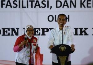 Presiden Jokowi saat berdialog dengan warga, di Taman Wisata Labirin BP3T Pelaihari, Kelurahan Sungai Jelai, Kecamatan Tambang Ulang, Kabupaten Tanah Laut, Minggu (7/5).