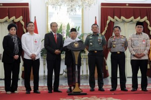 Ketua MUI memberikan keterangan kepada wartawan usai wartawan usai bersama tokoh lintas agama bertemu Presiden Jokowi, di Istana Merdeka, Jakarta, Selasa (16/5). (Foto: Humas/Jay)