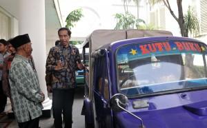Presiden Jokowi berbincang dengan pegiat literasi yang menggunakan bemo untuk membawa buku, di kawasan Istana Kepresidenan, Jakarta, Selasa (2/5) siang. (Foto: JAY/Humas)
