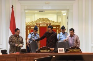 President Jokowi, accompanied by Vice President Jusuf Kalla and Cabinet Secretary Pramono Anung, before presiding over a Limited Meeting, at the Presidential Office, Jakarta, Tuesday (3/5) afternoon (Photo: JAY/PR)