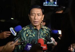 Menko Polhukam Wiranto menjawab wartawan usai buka bersama, di Istana Bogor, Jawa Barat, Senin (29/5) petang. (Foto: Rahmat/Humas)