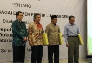 Para pembicara dalam diskusi sehari dengan tema Islam Moderat sebagai Elemen Politik Luar Negeri RI, di Hotel Santika Premiere, Semarang, Jawa Tengah, Rabu (4/5). (Foto: Humas/Rahmi)