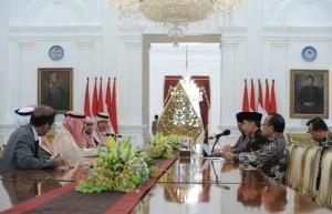 Presiden Jokowi menerima Pangeran Khalid Bin Abdul Aziz, Ketua Dewan Pembina Yayasan Sosial Pangeran Sultan Kerajaan Arab Saudi, beserta para pengurusnya di Istana Merdeka, Jakarta, Kamis (4/5). (Foto: Humas/Jay)