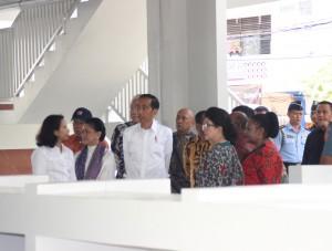 Presiden Jokowi didampingi Ibu Negara Iriana dan sejumlah menteri saat meninjau Pasar Mama-Mama, di Jayapura, Papua, Rabu (10/5) pagi. (Foto: Anggun/Humas)