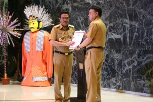 Mendagri Tjahjo Kumolo menyerahkan surat penugasan Plt Gubernur DKI Jakarta kepada Djarot Saiful Hidayat, di Balai Kota DKI, Jakarta, Selasa (9/5) sore.
