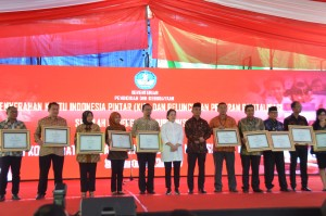 Menko PMK dan Mendikbud berfoto bersama sektor usaha yang mendukung program vokasi pada acara Peluncuran Revitalisasi SMK di Stadion Manahan, Kota Surakarta, Jumat (26/5). (Foto: Humas/Edi)