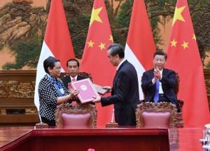 Presiden Jokowi dan Presiden Xi Jinping menyaksikan penandatanganan kerja sama bilateral kedua negara di Beijing, RRT, Minggu (14/5). (Foto: Humas/Deni)