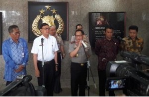 Chief of the Indonesian National Police General Tito Karnavian, accompanied by Home Affairs Minister, Agriculture Minister, and Bulog President Director, gives a press statement on the Establishment of the Basic Food Commodities Task Force at the Headquarters of the Indonesian National Police in Jakarta, Wednesday (3/5)