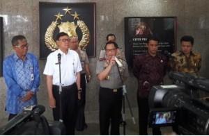 Kapolri Jenderal Tito Karnavian didampingi Mendagri, Mentan, dan Dirut Bulog menyampaikan keterangan pers pembentukan Satgas Pangan, di Mabes Poli, Jakarta, Rabu (3/5) siang.