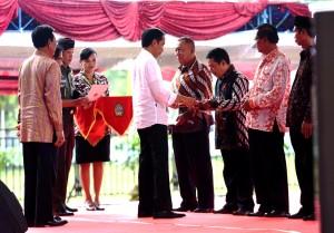 Presiden saat menyerahkan sertifikat di Ternate, Maluku Utara, Senin (8/5). (Foto: Humas/Oji).