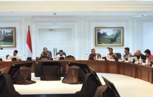 Gubernur Sulsel Syahrul Yasin Limpo (Nomor tiga dari kiri) mengikuti rapat terbatas yang dipimpin oleh Presiden Jokowi, di Kantor Presiden, Jakarta, Selasa (2/5) sore. (Foto: JAY/Humas)