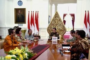 Presiden Jokowi berdiskusi dengan pimpinan KPK, di Istana Merdeka, Jakarta, Jumat (5/5) siang. (Foto: OJI/Humas)