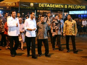 President Jokowi was accompanied by Vice President Jusuf Kalla to review the site of a bomb blast, in Kampung Melayu, Jakarta, on Thursday (25/5) evening. (Photo: BPMI Setpres).
