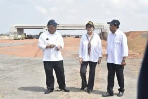 Menteri PUPR Basuki Hadimuljono bersama Menkeu dan Menhub meninjau progress pembangunan seksi I jalan tol Palembang - Inderalaya, Sumsel, Rabu (24/5)