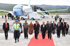 Presiden Jokowi dan Ibu Negara beserta rombongan transit di Aceh dalam perjalanan dari Riyadh, Arab Saudi, ke Jakarta, Senin (22/5) pagi. (Foto: BPMI Setpres)
