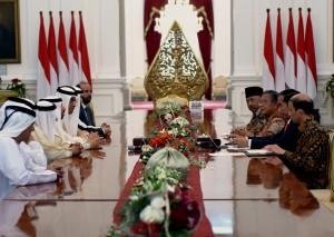 Presiden Jokowi menerima delegasi Pemerintah Uni Emirat Arab (UEA) yang dipimpin oleh Menteri Energi Suhail Mohammed Faraj Al Mazrouei, di Istana Merdeka, Jakarta, Kamis (18/5). (Foto: Humas/Anggun)