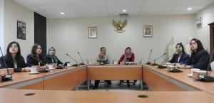 Kabid Pelayanan dan Diseminasi Informasi Setkab, Mita Apriyanti, didampingi Kasubbid Pelayanan Informasi, Edy Nurhadianto, saat menerima mahasiswa UMN, di kantor Setkab, Jakarta, Selasa (9/5) pagi. (Foto: DNS/ES)
