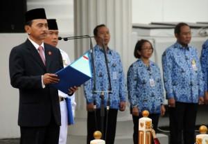 Kepala Sekretariat Wakil Presiden Mohamad Oemar membacakan sambutan tertulis Menkominfo Rudiantara pada upacara Hari Kebangkitan Nasional (Harkitnas) ke-109 Tahun 2017, di lapangan parkir Kemensetneg, Jakarta, Senin (22/5) pagi. (Foto: Rahmat/Humas)