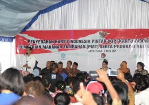 Presiden Jokowi didampingi Ibu Negara Iriana membagikan KIS, KIP, PMT, dan PKH di Skouw, Distrik Muara, Jayapura, Papua, Selasa (9/5). (Foto: Humas/Anggun)