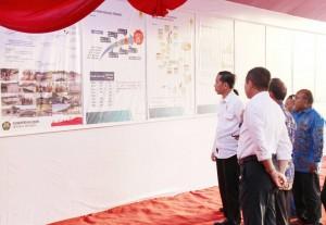 Presiden Jokowi saat melihat penjelasan mengenai listrik desa di Papua dan Papua Barat, di Distrik Muara Tami, Jayapura, Papua, Selasa (9/5). (Foto: Humas/Anggun)