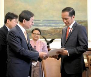 Presiden Jokowi menerima Wali Kota Seoul Park Won-soon selaku Utusan Khusus Presiden Republik Korea, Moon Jae-in, di Istana Kepresidenan Bogor, Jawa Barat, Selasa (23/5) sore. (Foto: Humas/Agung)