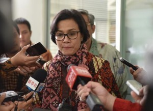 Finance Minister Sri Mulyani Indrawati answers reporters' questions after a limited cabinet meeting at the Presidential Office on Tuesday (30/5). (Photo by: Public Relations Division/Deni)