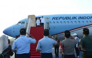 Presiden Jokowi sebelum keberangkatan kunjungan kerja ke beberapa provinsi, Sabtu (6/5). (Foto: BPMI)