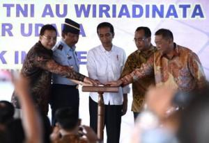 President Jokowi inaugurates Wiriadinata Air Force Base as a public airport in Tasikmalaya, West Java, on Saturday (10/6)