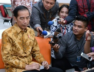 President Jokowi delivers a statement regarding the Corruption Eradication Commission (KPK) at the journalist working office of the Presidential Palace, Jakarta, on Tuesday (13/6)