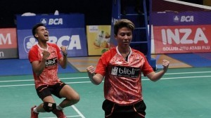 Tontowi Ahmad/Liliyana Natsir celebrates after winning 2017 Indonesian Open title