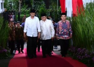 Presiden Jokowi saat berbuka puasa bersama di rumah dinas Ketua MPR Zulkifli Hasan, di Jalan Widya Chandra Jakarta, Jumat (2/6).