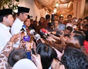 Presiden Jokowi menjawab pertanyaan wartawan usai menghadiri acara buka puasa bersama di rumah dinas Ketua DPR Setya Novanto, Senin (5/6) malam.