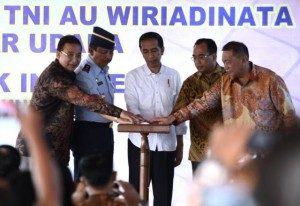 Presiden Jokowi turut mengikuti peresmian Bandara Lanud TNI Wiriadinata menjadi Bandara Umum di Tasikmalaya, Jawa Barat (10/6).