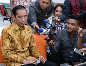 Presiden Jokowi memberikan keterangan tentang KPK saat mengunjungi ruang kerja jurnalis yang bertugas di Istana Kepresidenan, Jakarta, Selasa (13/6). (Foto: BPMI)